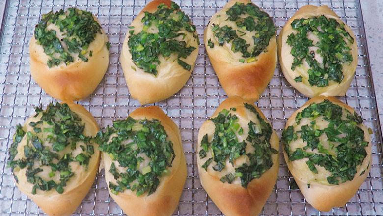 让人吃后难忘的葱多多面包【台式香葱包】,出炉,放晾网上晾凉即可。