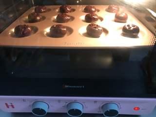 巧克力软曲奇,把烤盘放入预热好180度的烤箱中,烤10分钟即可。