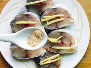 香煎马鲛鱼,均匀地撒上胡椒粉