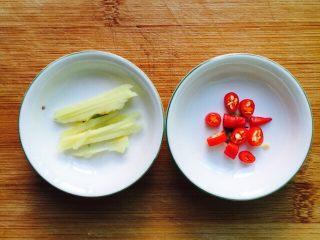 香煎马鲛鱼,姜切丝、小米椒切圈备用