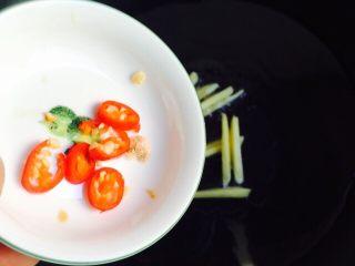 香煎马鲛鱼,倒入姜丝和小米椒小火煸香