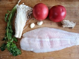 金针菇番茄龙利鱼,准备食材。