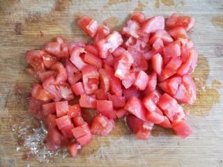 金针菇番茄龙利鱼,番茄切成小块。