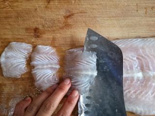 金针菇番茄龙利鱼,龙利鱼在微冻状态下斜刀切薄片。