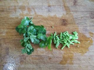 金针菇番茄龙利鱼,香菜洗净切末备用。