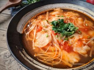 金针菇番茄龙利鱼,希望这顿15分钟就能搞定的冬日丰盛暖锅能给你带来温暖:)