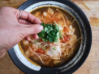 金针菇番茄龙利鱼,上桌前点缀适量香菜,金针菇番茄龙利鱼锅完成!