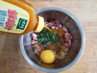 玫瑰花蒸饺,将葱姜加入肉糜中,打一个鸡蛋,加入香油、味极鲜酱油、十三香粉、盐、鲜鸡汁调味。