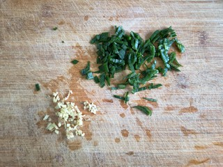 玫瑰花蒸饺,葱姜切碎备用。