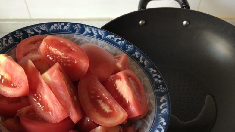西红柿鸡蛋汤,锅热倒少许油下番茄翻炒