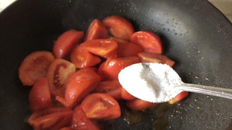 西红柿鸡蛋汤,可以加一点盐帮助番茄出水,喜欢汤浓一点的就多炒炒