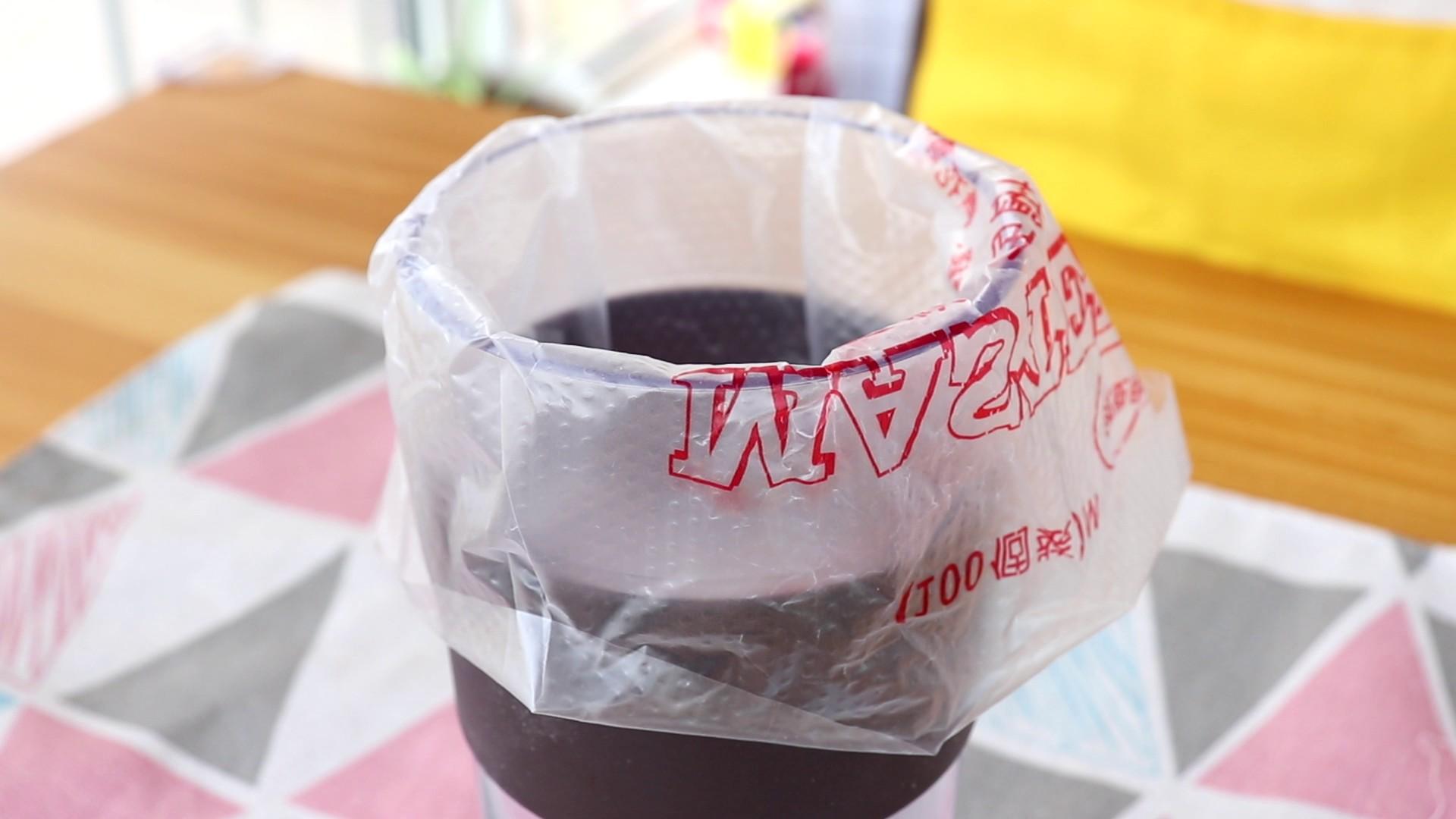 手指饼干,裱花嘴装入裱花袋中,装到高脚杯中,备用</p> <p>tips:不用裱花嘴也可以哦