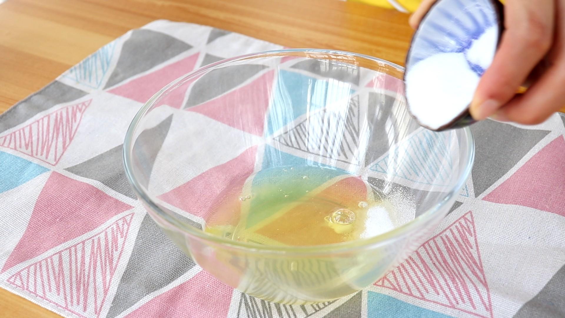 手指饼干,蛋清中滴几滴柠檬汁,加总量20g细砂糖的1/3,电动打蛋器高速打发至蛋清鱼眼发泡状</p> <p>tips:柠檬汁可以起到稳定蛋白的作用