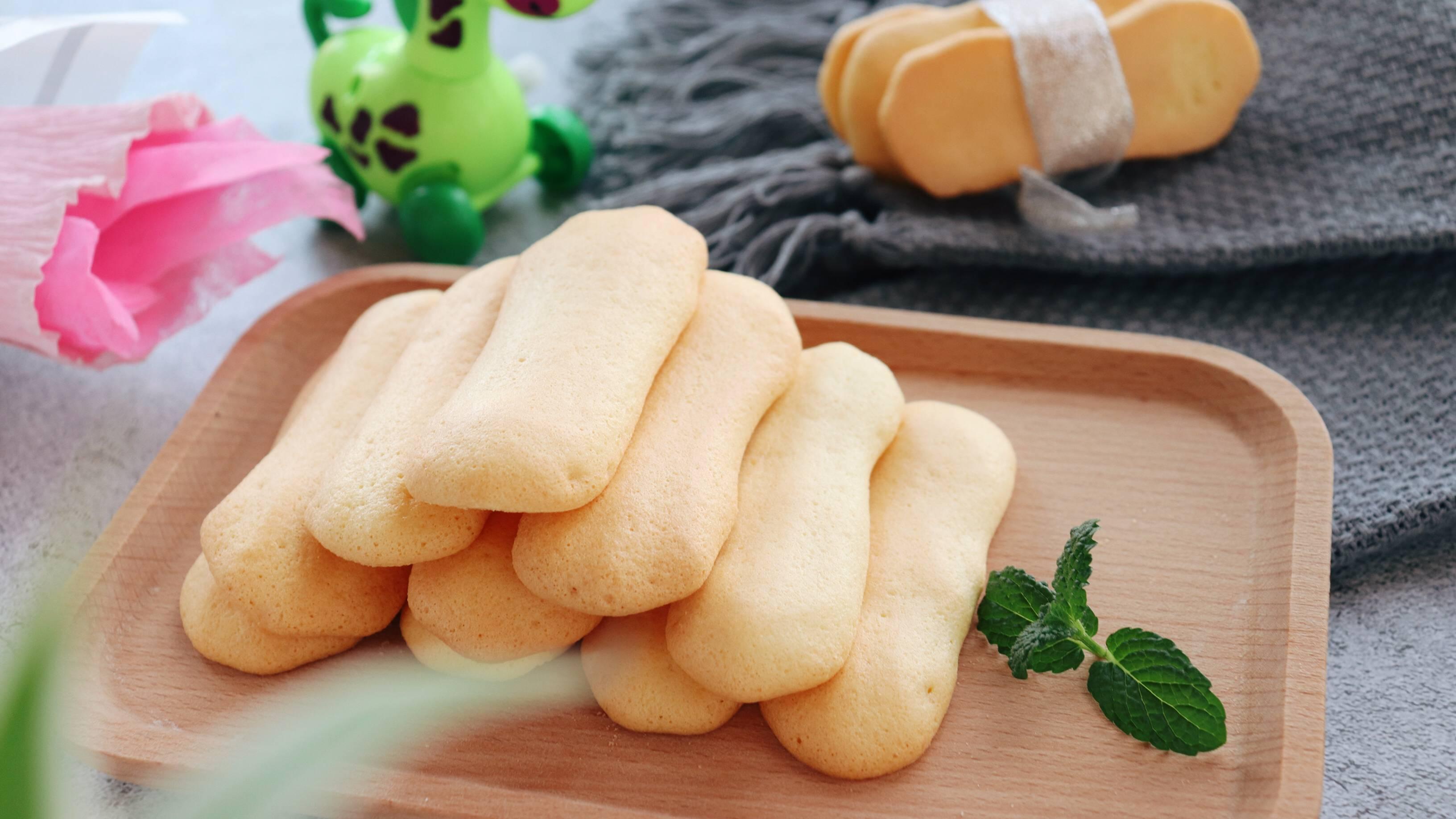 手指饼干,我这里饼干有些甜,宝宝如果太小,可以酌情减少蛋清里的糖量,但是不建议完全不加的哦。</p> <p>