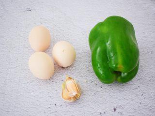 青椒炒鸡蛋,准备好材料