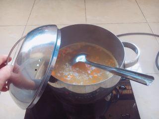 南瓜小米粥,大火煮开,小火煮20分钟。