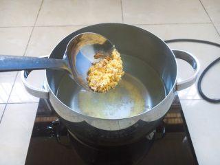 南瓜小米粥,将水烧开,放入小米和燕麦米。