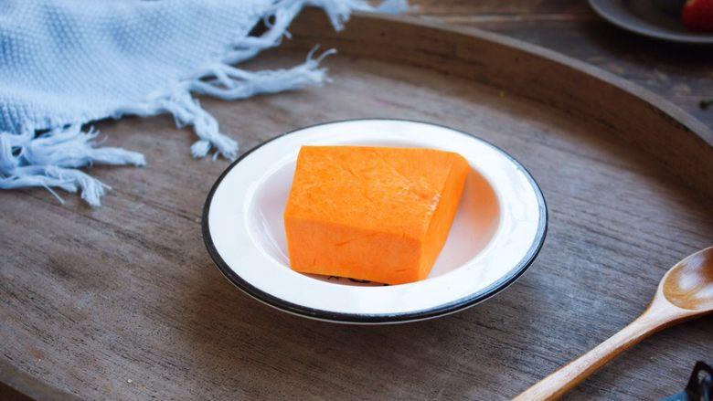 南瓜小米粥,将南瓜去皮去瓤。