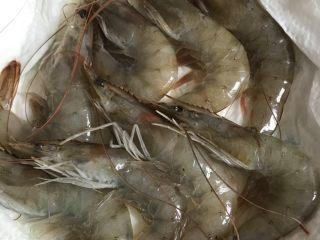 盐焗虾,将虾洗净,用厨房用纸吸干水份。
