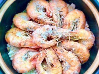 盐焗虾,将炒过的盐铺在砂锅底部,再将盐焗好的虾盛在砂锅里即可享用美味了。