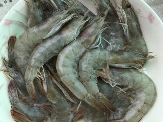 盐焗虾,吸干水份之后剪掉虾须备用。