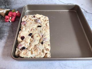 网红草莓雪花酥,放入模具中压实固定整形