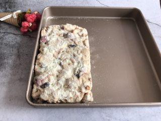 网红草莓雪花酥,整理好后趁着有余温均匀的撒上一点奶粉,然后翻面在另一面也均匀撒上一层奶粉