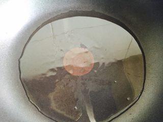红烧白萝卜,起油锅加热至六成热