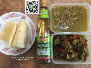 老坛酸菜鱼,准备脆萝卜片(老盐水泡2天就可以了)、酸味汁(海天苹果醋+海天白醋)、酸菜酱(泡野山椒+酸菜梗)、酸菜(泡红椒+酸菜)
