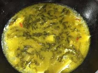 老坛酸菜鱼,放入酸菜酱、酸菜、脆萝卜片、酸味汁,熬出味道。追求鲜味可以放入适量的,白胡椒粉、白糖、鸡精、味精
