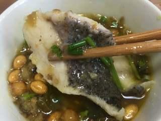 老坛酸菜鱼,准备味碟,根据个人喜好放入调味料,打点鱼汤上的浮油在里面。喜欢吃辣的可以再放点新鲜的小米辣