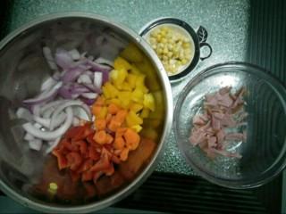 咖喱披萨,面团发酵时间准备披萨馅料。玉米粒洗干净,培根切成小块,红黄椒切小块,洋葱留一些切成长条状,其余的切成小块状。