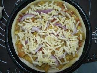 咖喱披萨,撒上马苏里拉芝士