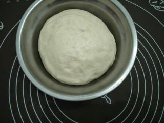 咖喱披萨,当面团发酵到原来的两倍大。