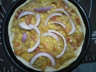 咖喱披萨,放入咖喱馅,长条的洋葱放在面上。