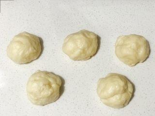 浅湘食光&香肠肉松面包,分成40g的小面团10个,盖保鲜膜松弛10分钟