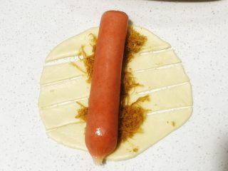 浅湘食光&香肠肉松面包,肉松上放烤肠(或火腿肠),面团两边用刮刀均匀划4刀