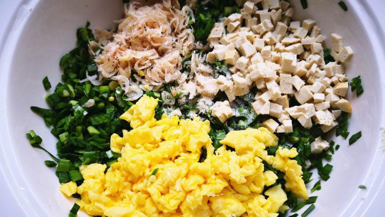 韭菜鸡蛋盒子,将韭菜,虾皮,鸡蛋,豆腐,盐,<a style='color:red;display:inline-block;' href='/shicai/ 756'>鸡精</a>,油放在一起搅拌均匀,