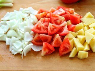 西红柿土豆炖牛肉,番茄、土豆和洋葱分别切块状,土豆要浸泡在水中防止氧化变色,番茄可以用开水烫去外皮再切块,我嫌麻烦直接切的。