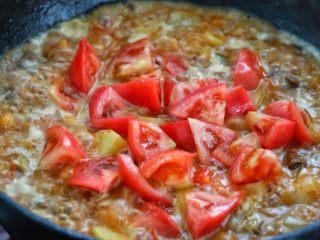 西红柿土豆炖牛肉,待牛肉和土豆块差不多熟了,放入剩下的另一半番茄炖五至八分钟。