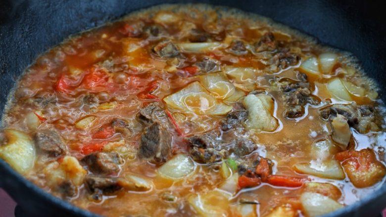 西红柿土豆炖牛肉,添入适量清水没过锅中食材,建议水量多一些,因为牛肉要炖很长时间才能软烂,中途添水又会影响口感。
