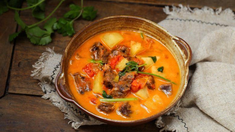 西红柿土豆炖牛肉,一道营养丰富、酸甜开胃的番茄牛肉炖土豆就做好了,拌着米饭吃太过瘾了,浑身暖呼呼的!
