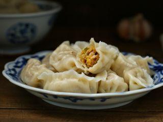 东北猪肉酸菜馅饺子,一道具有东北特色的猪肉酸菜馅饺子就完成了,可以搭配腊八蒜或者调制一些个人喜欢的蘸汁食用