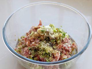 东北猪肉酸菜馅饺子,然后调入生抽、料酒、花椒粉、盐、鸡精和食用油
