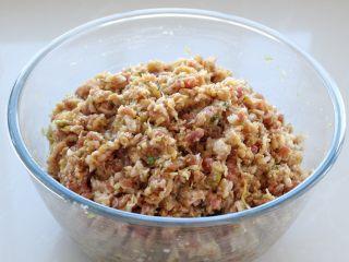 东北猪肉酸菜馅饺子,将酸菜切碎加入到肉馅中搅拌均匀,饺子馅就调好了
