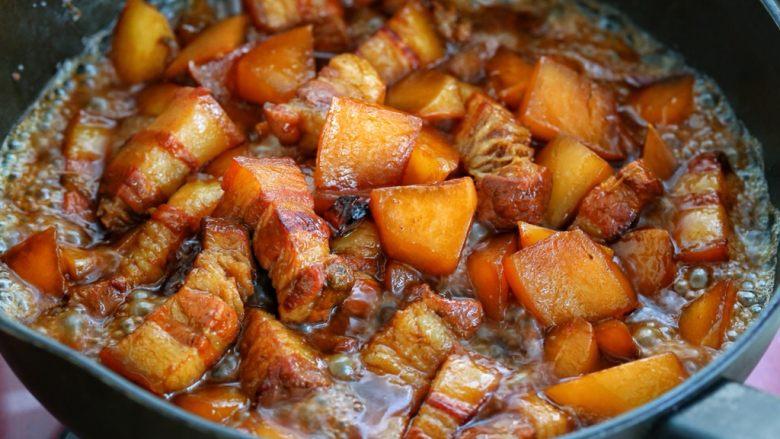 红烧肉炖萝卜,最后按照个人口味调入适量的盐,改大火翻炒收汁即可