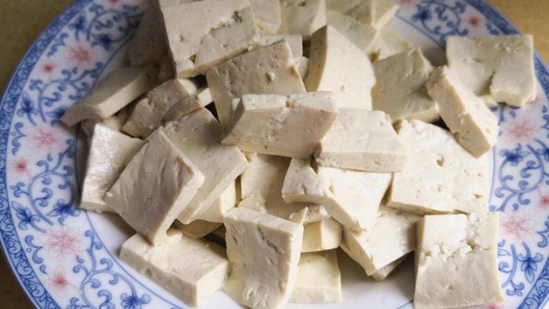 酸辣开胃豆腐,<a style='color:red;display:inline-block;' href='/shicai/ 465'>豆腐</a>先用清水冲洗外表,再切小块,这里切得是2厘米左右的方片,厚度大约5mm左右,也可以根据自己的喜好来决定<a style='color:red;display:inline-block;' href='/shicai/ 465'>豆腐</a>块的大小,但别太大了,不好入味,