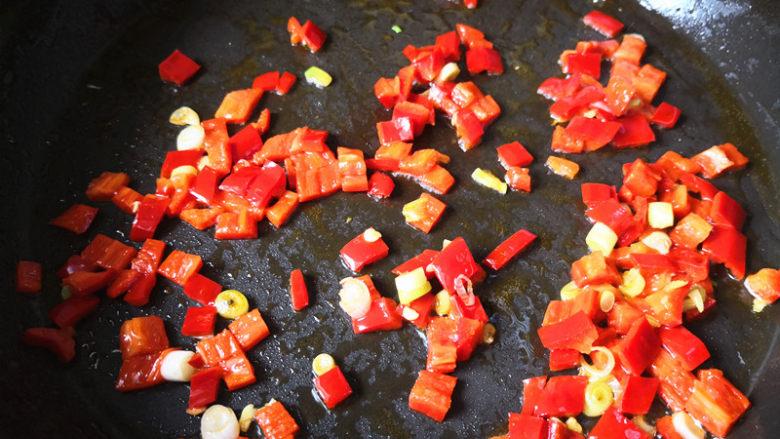 酸辣开胃豆腐,另起锅,锅里放油,倒入葱花和红辣椒爆香,