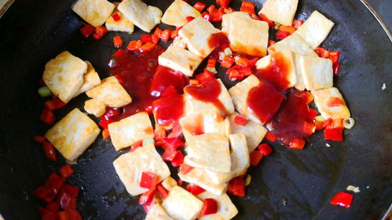 酸辣开胃豆腐,倒入调好的酱,翻炒上色均匀,