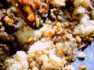 烧卖,一种严重被低估的食物,加入糯米,炒匀盛出
